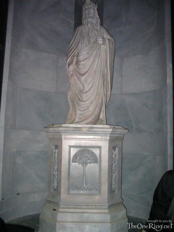 Statue Of Gondor - 600x800, 70kB