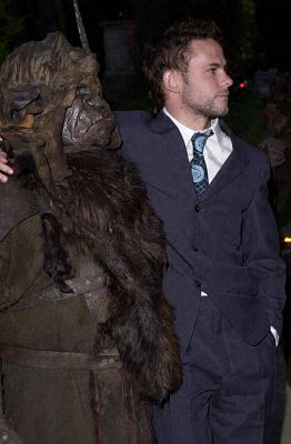 Dominic Monaghan and an Orc - 262x400, 18kB