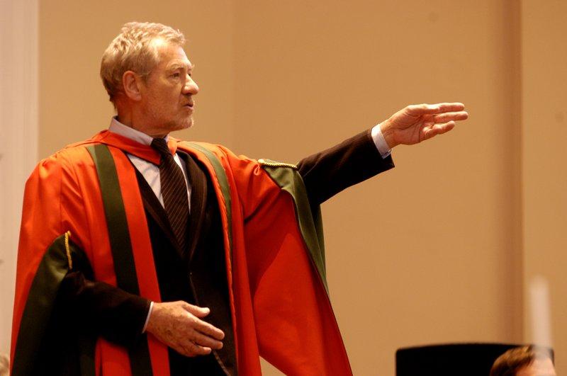 Ian McKellen Receives his Honoury Degree at Leeds - 800x531, 42kB