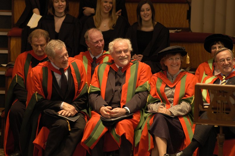 Ian McKellen Receives his Honoury Degree at Leeds - 800x531, 115kB