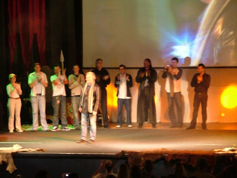 Opening ceremony: Bernard Hill - 800x600, 79kB