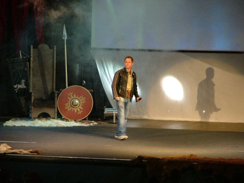 Billy Boyd on stage - 800x600, 67kB