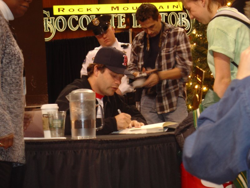 Sean Astin Booksigning in Bloomington, MN - 800x600, 89kB