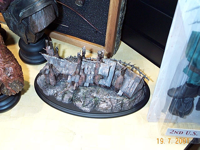Fallen Hobbiton Mill Environment from Sideshow Toy at Comic-Con 2001 - 640x480, 91kB