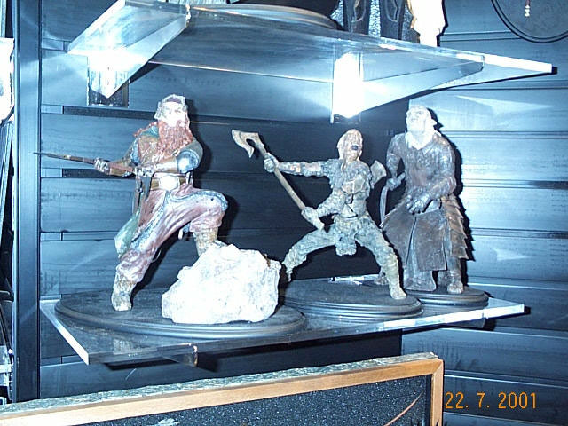 Gimli, Orc Axeman and Orc Overseer Statues from Sideshowtoy at Comic-Con 2001 - 640x480, 89kB