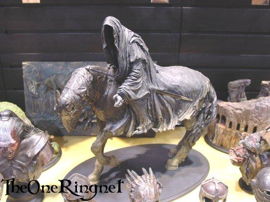 Nazgul on Horseback Statue from Sideshow Toy - 533x400, 43kB