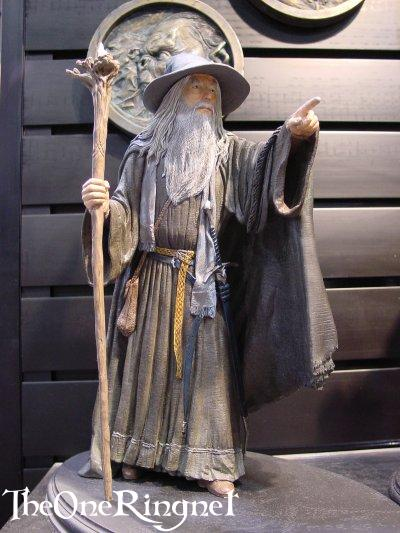 Gandalf Sideshow Toy Statues at Comic-Con 2001 - 400x533, 44kB