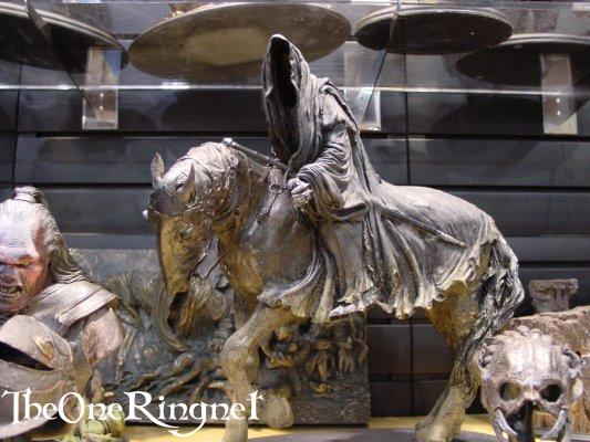 Nazgul on Horseback Statue from Sideshow Toy - 533x400, 49kB