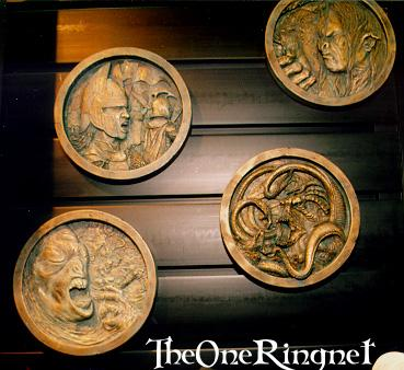 LOTR Medallion Pictures from Comic-Con 2001 - 369x338, 28kB