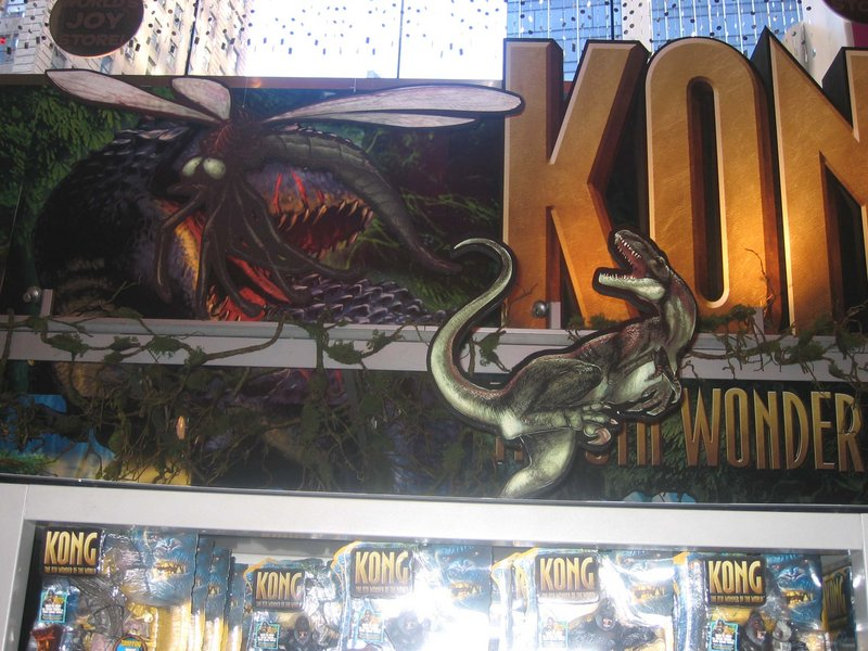 Toys R Us in Times Square Displays Kong - 800x600, 112kB