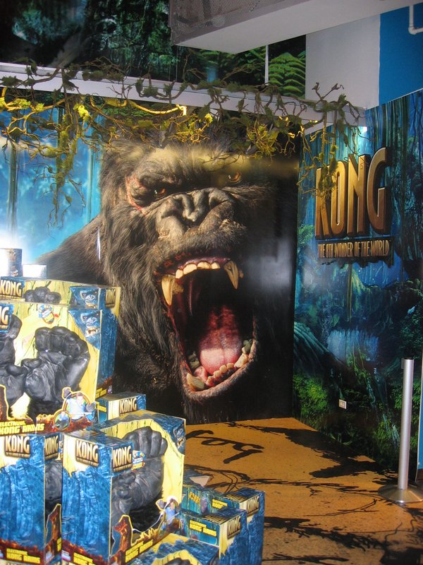 Toys R Us in Times Square Displays Kong - 600x800, 150kB