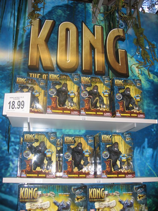 Toys R Us in Times Square Displays Kong - 600x800, 151kB