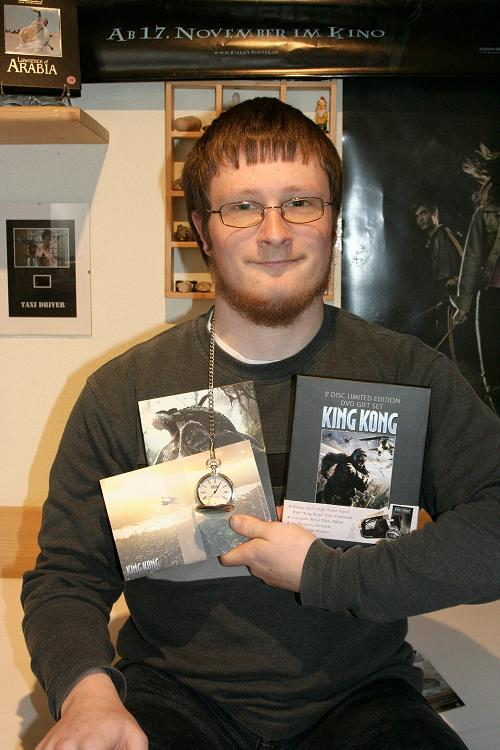 Kong Fan with His DVD - 500x750, 58kB