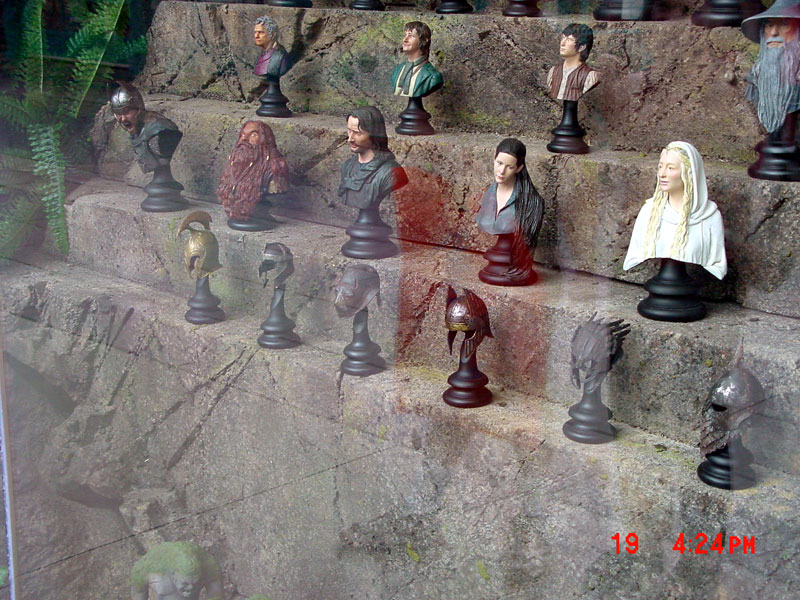 Lots of figures from LotR on display - 800x600, 158kB