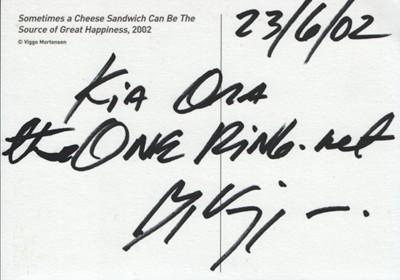 Viggo Mortensen Signs Card for TORN! - 400x280, 31kB