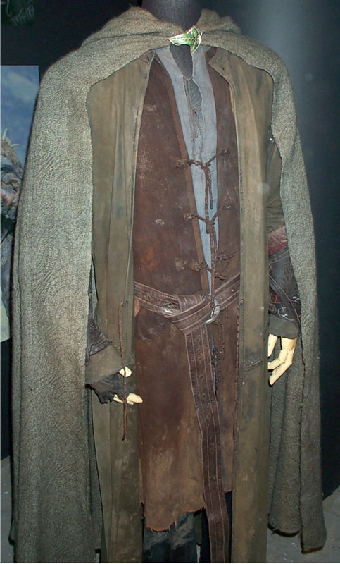 Toronto Exhibit - Aragorn Costume - 483x800, 91kB