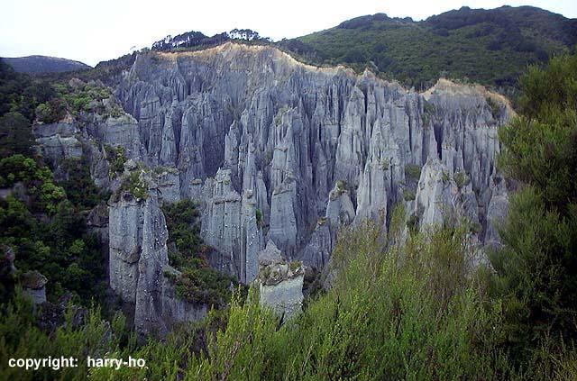 Putangirua Pinnacles - Paths Of The Dead - 640x423, 85kB