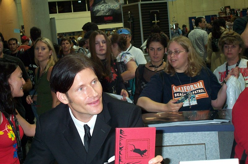 Crispen Glover at the New Line Booth - 800x530, 103kB