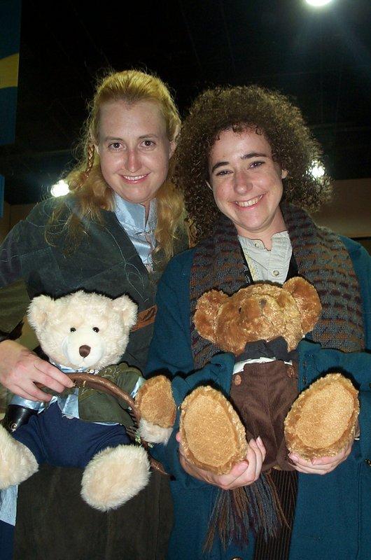 A Hobbit, An Elf and their Teddy Bears - 530x800, 96kB