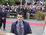 Orlando Bloom Greets the Crowds at the Wellington FOTR Premiere - (800x600, 83kB)