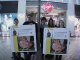 TORn Staffer Arwen & Fans hold up Viggo posters - (640x480, 186kB)