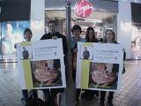 TORn Staffer Arwen & Fans hold up Viggo posters - (640x480, 190kB)