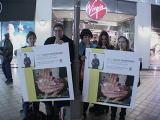 TORn Staffer Arwen & Fans hold up Viggo posters - (640x480, 162kB)