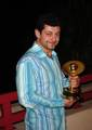 Andy Serkis and his Saturn Award - (400x563, 71kB)