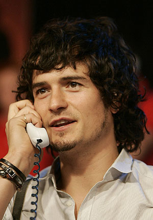 orlando bloom. It#39;s Orlando Bloom helping out